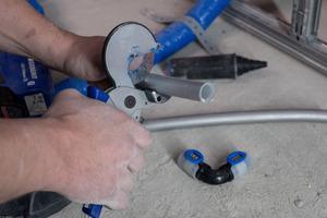 """<div class=""""bildtext_1"""">(l.u.) """"Nach dem Zuschneiden der Rohre ist kein Entgraten oder Kalibrieren nötig, das spart Zeit"""", erklärt SHK-Unternehmer Robert Wilbrand. Schutzkappen auf allen Form- und Rohrteilen verhindern zudem, dass Staub und Schmutz auf der Baustelle in das Versorgungssystem gelangen.</div>"""