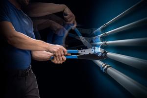 """<div class=""""bildtext_1"""">Praktische Alternative zum elektrisch betriebenen Pressgerät: Die Handpresszange lässt sich einfach handhaben, findet in jeder Tasche Platz und erlaubt es, selbst größere Rohre bis 40mm mit wenig Kraftaufwand zu verpressen.</div>"""