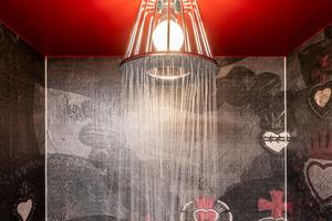 """<div class=""""bildtext_1"""">Für den Aha-Moment in der Suite Casa Novum sorgt die """"Axor LampShower"""" in der Dusche.</div>"""