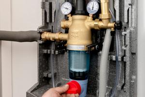 """<div class=""""bildtext_1"""">Herzstück ist ein rückspülbarer Trinkwasserfilter – für höchste Trinkwasserqualität in den Hauswasserleitungen. Durch einfaches Umstellen des Drehgriffs wird vom Filterbetrieb auf den Spülvorgang umgeschaltet.</div>"""