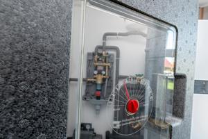 """<div class=""""bildtext_1"""">Praktisch für den täglichen Betrieb, sobald der Neubau in Harpstedt bezogen ist und das Hauswassercenter täglich gefiltertes Wasser zur Verfügung stellt: Als Erinnerung kann der nächste Rückspültermin des Filters mithilfe eines Anzeigers in der Klapptür des """"PrimusCenters"""" eingestellt werden.</div>"""