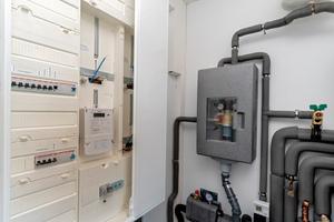 """<div class=""""bildtext_1"""">Im Heizungskeller nimmt das """"Braukmann PrimusCenter"""" wenig Platz ein und sorgt für einen aufgeräumten optischen Eindruck. Das kompakte Gehäuse, das die gesamte Technik für die Hauswassereinführung enthält, wird direkt nach dem Wasserzähler installiert und ist so das Verbindungsglied zu den Hauswasserleitungen.</div>"""