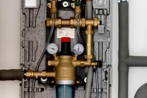 """<div class=""""bildtext_1"""">Trinkwasserfilter, Rückflussverhinderer und Druckminderer: Alles, was für die Trinkwasser-Installation im Einfamilienhaus in Harpstedt benötigt wurde, befindet sich vormontiert und aufeinander abgestimmt im Gehäuse des """"Braukmann PrimusCenters"""".</div>"""