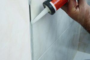 """<div class=""""bildunterschrift_ueberschrift""""><strong>16</strong>. Montageschritt</div>Für eine sichere Abdichtung des gesamten Duschbereichs werden die Anschlussfugen zwischen Wand und Glasscheibe abschließend gründlich gereinigt und mit Silikon fachgerecht versiegelt"""