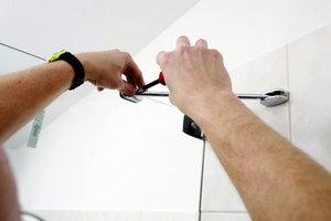 """<div class=""""bildunterschrift_ueberschrift""""><strong>6</strong>. Montageschritt</div>Anschließend wird mit einem vorgegebenen Schablonenmaß ein Querbügel von der Wand zur Glasscheibe montiert, der die Scheibe zusätzlich stabilisiert"""