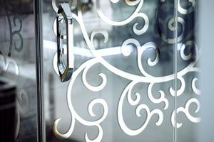 """Die edlen Dekore der """"Hüppe Studio Paris"""" setzen mit ihren spiegelnden Effekten Highlights in jedem Bad"""