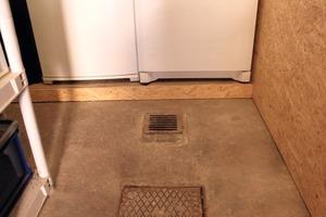 """<div class=""""bildunterschrift_ueberschrift"""">Vorher</div>Ein alter Wasserablauf ohne Rückstauschutz ist im Keller oder in der Waschküche ein Einfallstor für Wasser aus der Kanalisation<br />"""