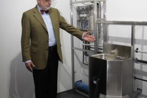 """Hier bekommt der Begriff """"Nasszelle"""" eine völlig neue Bedeutung - Jürgen Kuhfuß vor einer für Gefängnisse typischen Sanitärkombi, für die das """"ICU PLUS""""-System besonders gut geeignet ist<br />"""