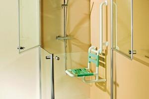 """<div class=""""bildunterschrift_ueberschrift"""">Eine Lösung für die Dusche</div>Die """"Maxima Diviso"""" mit den teilbaren Türen ist eine barrierefreie Lösung (von Saniku)"""
