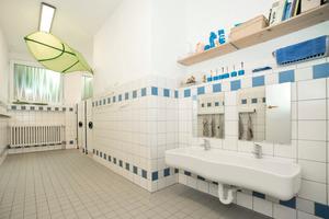 Die kindergerecht Ausstattung der neu sanierten Waschräume mit der Produktserie Washino sorgen für spielerische Hygiene<br />