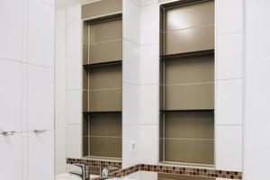 """<div class=""""bildtext_2"""">Alle Bewohnerbäder sind mit einem barrierefreien 60-cm-Waschtisch aus der Generationenbadserie """"Dejuna"""" von Keramag ausgestattet. Die WC stammen aus der Serie """"Renova Nr. 1 Plan"""".</div>"""