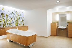 """<div class=""""bildtext_2"""">Das Pflege-Bad ist eines der Highlights des neuen Franz Jordan-Hauses und bietet den Bewohnern eine echte Wellness-Oase.</div>"""