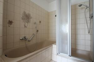 """<div class=""""bildtext_2"""">Die Badewanne lag im alten Bad hinter einem Schornsteinvorsprung. Die Dusche war mit ihrem hohen Einstieg nicht komfortabel.</div>"""