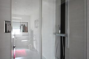 """<div class=""""bildtext_2"""">Der neue Duschbereich wirkt dank der """"Espacio""""-Schiebetür von Saniku besonders einladend. Die großzügige Dimensionierung sorgt für mehr Komfort.</div>"""