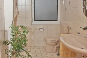 """<div class=""""bildtext_2"""">Die sanitären Anlagen wirkten wie an einer Wand aufgereiht.</div>"""