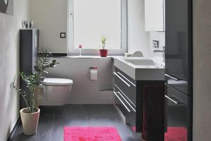 """<div class=""""bildtext_2"""">Der Blick von der Dusche aus ins Bad: Aufgrund der geänderten Raumaufteilung wirkt das Badezimmer wesentlich einladender.</div>"""