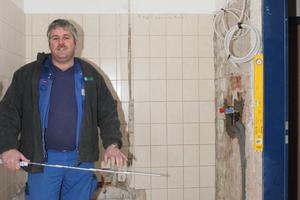 """<div class=""""bildtext_2"""">Hier wird später der neue Duschbereich entstehen. Sascha Ehlting aus dem ausführenden Fachhandwerksbetrieb aus Ibbenbüren misst noch einmal nach.</div>"""