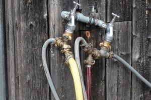 """<div class=""""bildunterschrift_ueberschrift"""">Unsachgemäßer Anschluss</div>Auch Schlauchanschlüsse z.B. an einer Außenzapfstelle können Gefahren für das Trinkwassernetz darstellen"""