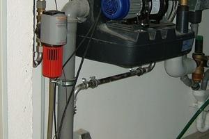 """<div class=""""bildtext_1"""">Hauswasserwerk und Rückspülfilter mit abgedecktem Schauglas (rot) in der Druckleitung.</div>"""
