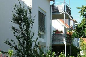 """<div class=""""bildtext_1"""">Wohnanlage mit sechs Familienwohnungen. Die gesamte Bauherrengemeinschaft nutzt eine Regenwasseranlage gemeinsam.</div>"""