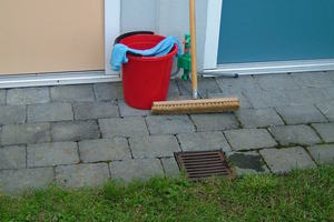 """<div class=""""bildtext_1"""">Bodenabläufe an Carport und Terrasse entwässern zur Zisterne. Wenn in diese Abläufe das Entleeren von Putzeimern unterbleibt, ist das kein Problem. </div>"""