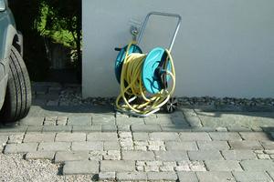 """<div class=""""bildtext_1"""">Bewässerungssystem für den Garten, ein Teil der Regenwassernutzung. Regenwasser-Zapfstelle an der Außenwand mit korrekter Beschilderung """"Kein Trinkwasser"""".</div>"""