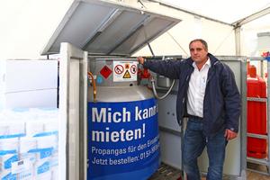 """<div class=""""bildtext_1"""">Holger Oblinger bei seinem Mobilen Behälter, der ein gesamtvolumen von ca. 540 l besitzt.</div>"""