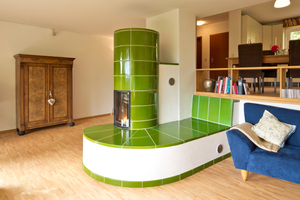 """<div class=""""bildtext_1"""">Frank Willnat ist mit seinem grünen Säulenkachelofen mit beheizter Liegefläche Gewinner der Ofenflamme. </div>"""