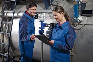 """<div class=""""bildtext_1"""">Für vielseitige Einsätze und SHK-Mitarbeiter, die bei Ihren Einsätzen normgerechte Schutzkleidung tragen müssen. Lösungen bietet die DBL – Deutsche Berufskleider-Leasing GmbH mit der Kollektion """"Multinorm"""". </div>"""