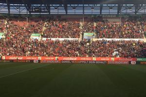 (Quelle: mobiheat GmbH) Auf 90 Metern Bande ist der Schriftzug mit dem mobiheat-Logo bei den Heimspielen des FC Augsburg zu sehen.