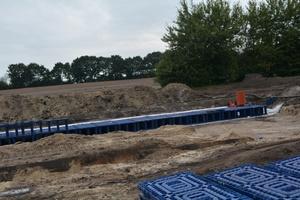"""Im Infield sorgen mehrere Hundert Elemente des """"Q-Bic Plus""""- Systems auch bei Regen für einen sicheren Stand. Match wird es aber dennoch in Zukunft genug geben, versprechen die Veranstalter. Zudem realisieren Wavin-Produkte den Biertransport sowie die Be- und Entwässerung der Duschsysteme.   Foto: Wavin GmbH, Twist"""