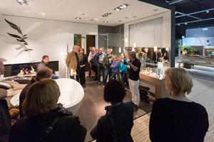 (Quelle: Hansgrohe SE/KARLHUBERFOTODESIGN) Philippe Grohe, Leitung Designmanagement Hansgrohe SE, zeigte den Besuchern während des Erlebnistages in der Hansgrohe Aquademie auf, welche Facetten Designer-Bäder haben können.