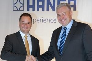 (Quelle: Hansa Armaturen GmbH) Georgios Kabitoglou (li.), neuer Chief Business Officer für HANSA, und Pekka Kuusniemi (re.), President und CEO der Oras Group.