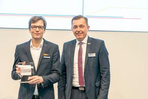 Der Präsident des ZVSHK Michael Hilpert (rechts) übergibt auf der ISH 2019 in Frankfurt das neue Qualitätszeichen offiziell an Martin Hennemuth, Marketingleiter Purmo Deutschland.  Bild: Purmo Deutschland